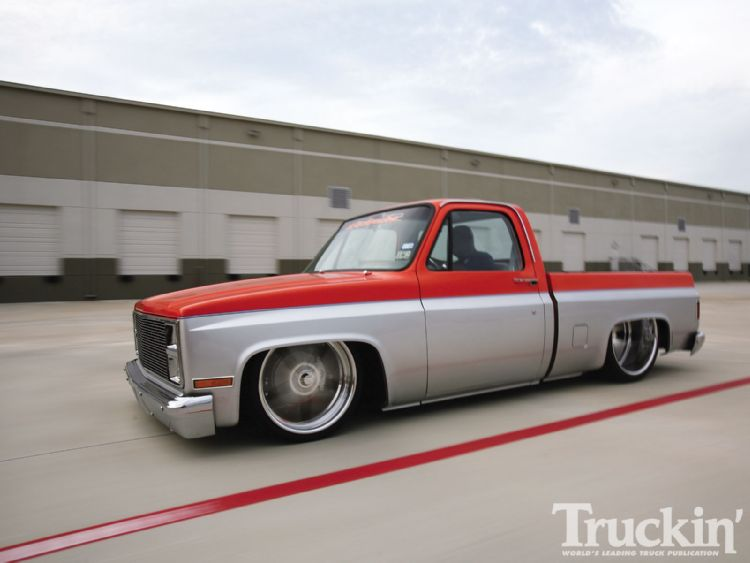 1104tr_06+1986_chevy_c10+left_side_motion.jpg