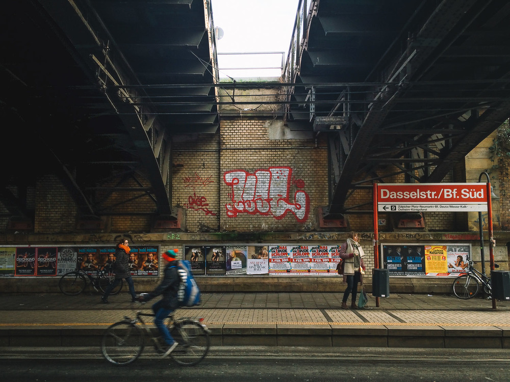 dasselstr-busy-strangers-haltestelle-cologne-2015-trilastiko-street-urban.jpg
