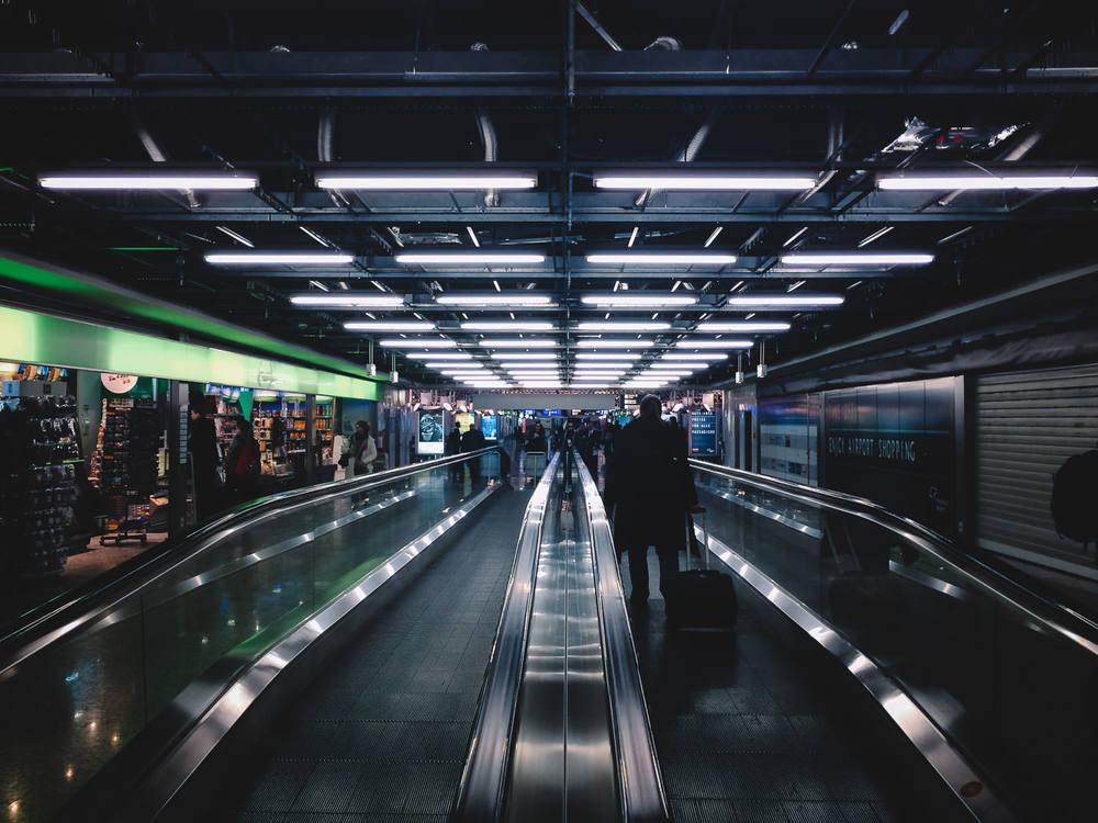 busy-travelling-stranger-frankfurt-airport-2015-trilastiko-travel.jpg.jpg