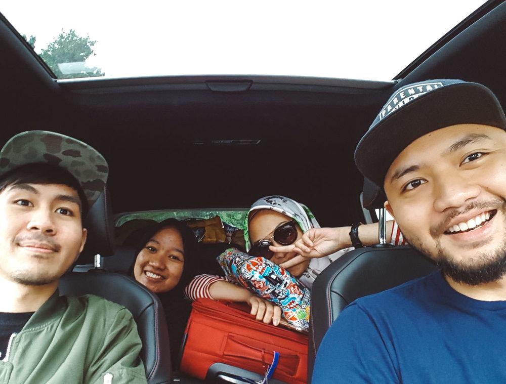 road-trip-2883-km-02-first-group-selfie-@trilastiko-@puterawicak-@jihanmuthiah-@indahnadapuspita.jpg
