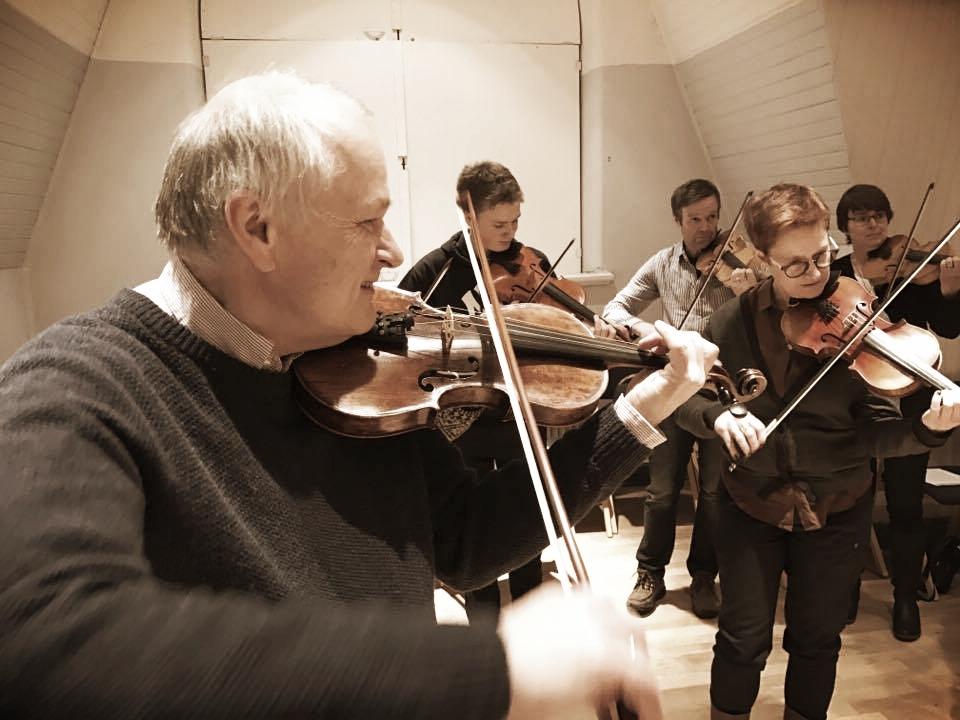 """Anders Jakobsson arbetar dagligdags i Dalasinfoniettan som dess konsertmästare men har så många strängar på sin fiol.Han är uppvuxen i ett spelmanshem och hade sin far, Pelle Jakobsson, som första fiollärare. Anders tillbringade dock sina tidiga, och lite senare år med kusinerna - bröderna Perra och Olle Moraeus - och gruppen """"Tre unga Orsaspelmän"""". Nu för tiden ägnar han även turné- och speltid med musikerna Ann-Sofie von Otter och gruppen Three for tango med Åsa Sundstedt och Jogga Ernlund och spelar då lika gärna låtar som musik av Piazolla.  Text: Kursinformation/Foto: Lars Moberg"""