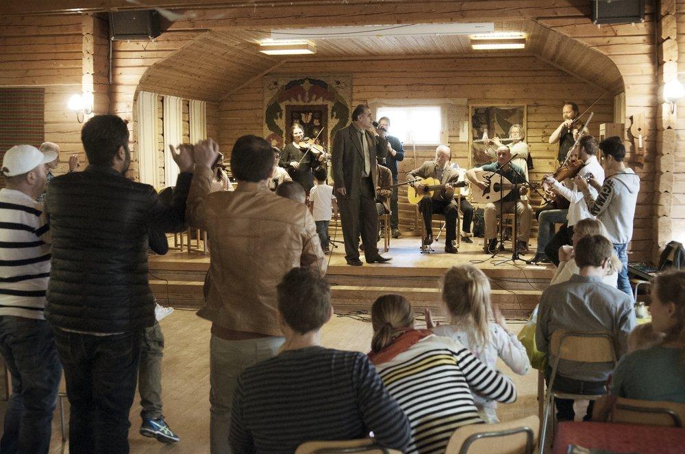 Bullermyrens spelmanslag spelar på orsa hembygdsgård, april 2018.  Foto: J. Holmén