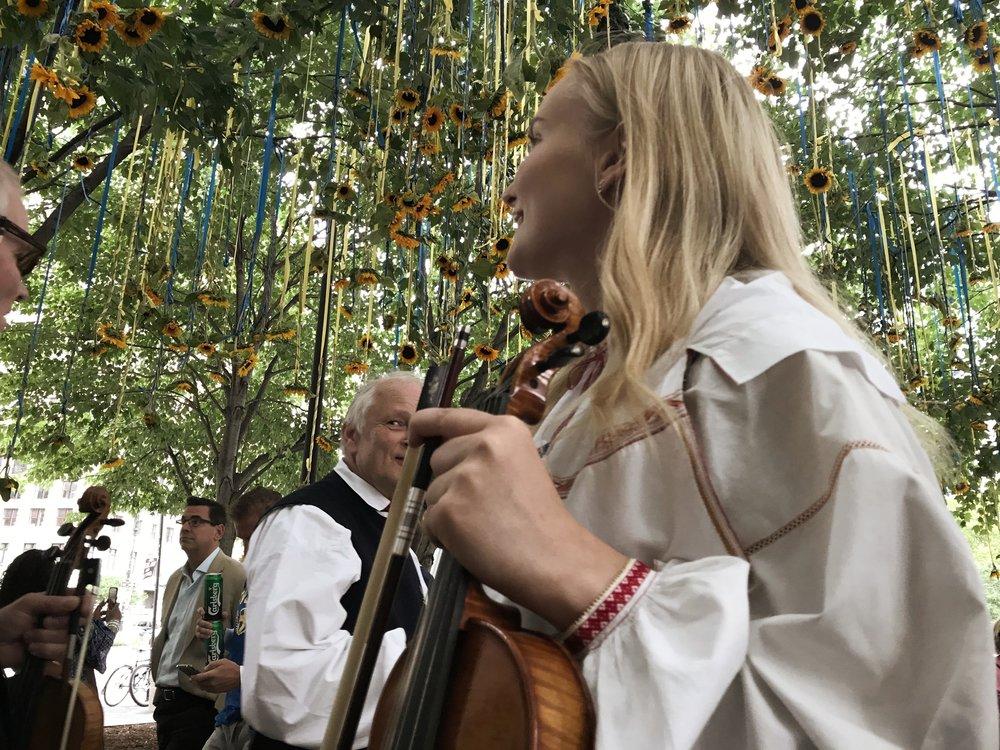 Nilla Jakobsson bland solrosor i parken.  Foto: Privat