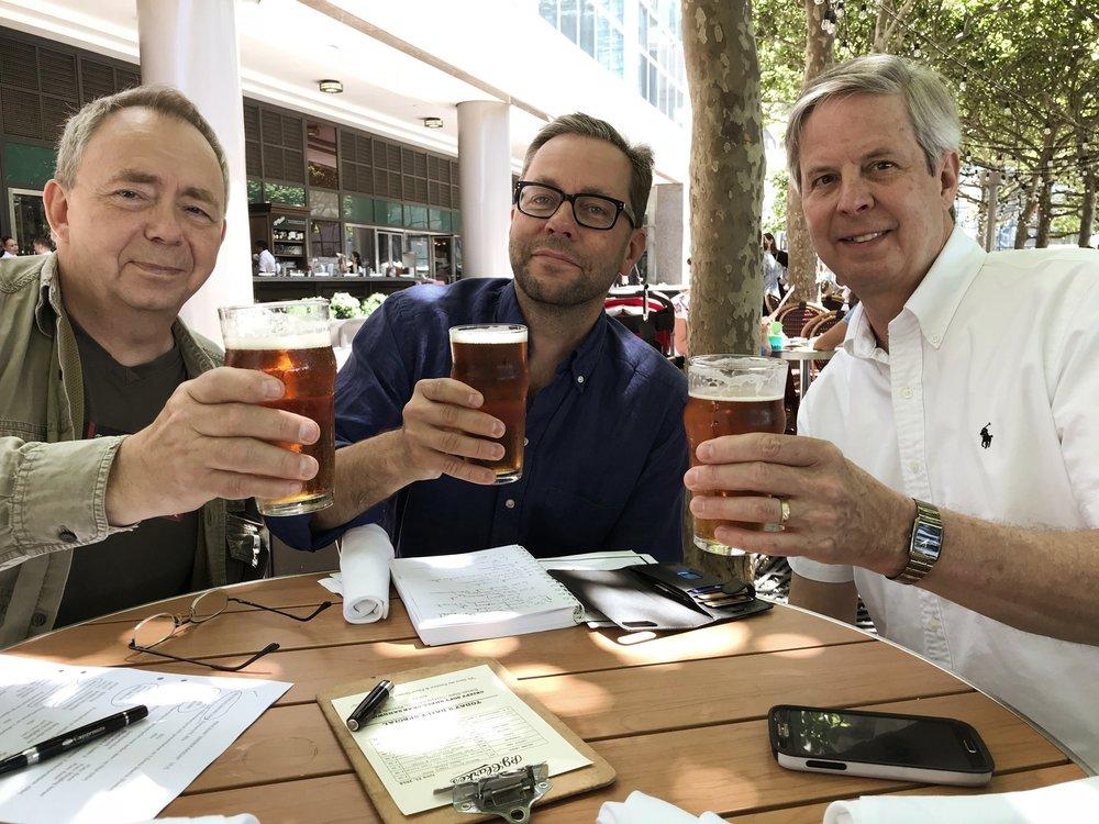 Olle Moraeus, Pontus Selderman och Paul Dahlin ser över spelschemat.  Foto: Privat