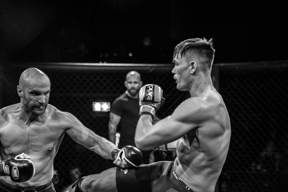 Tarek Thorvaldsen t.v. hadde sin første MMA-kamp mot Robert Johansen. Kampen endte med seier til Johansen (Foto: Sharon Burgos Aresvik).