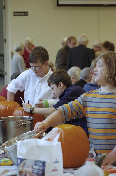 KidsCarvingPumpkins2.jpg