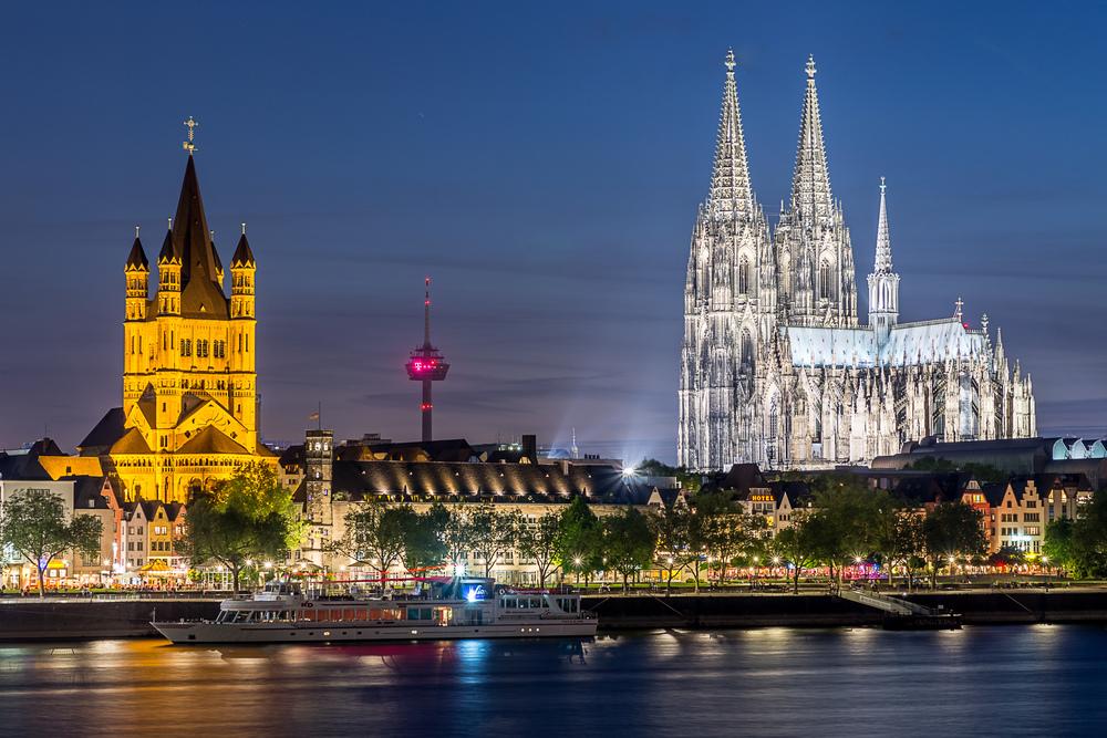 Kölner Dom mit und die kölner Altstadt bei Sonnenuntergang von Deutz aus fotografiert
