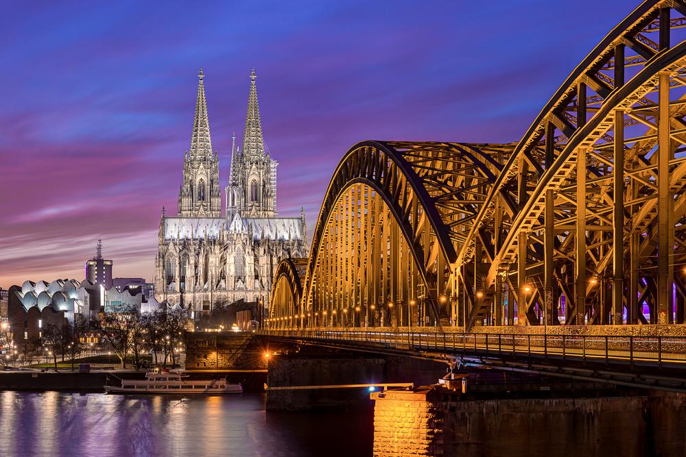 Kölner Dom mit Hohenzollernbrücke bei Sonnenuntergang von Deutz aus fotografiert
