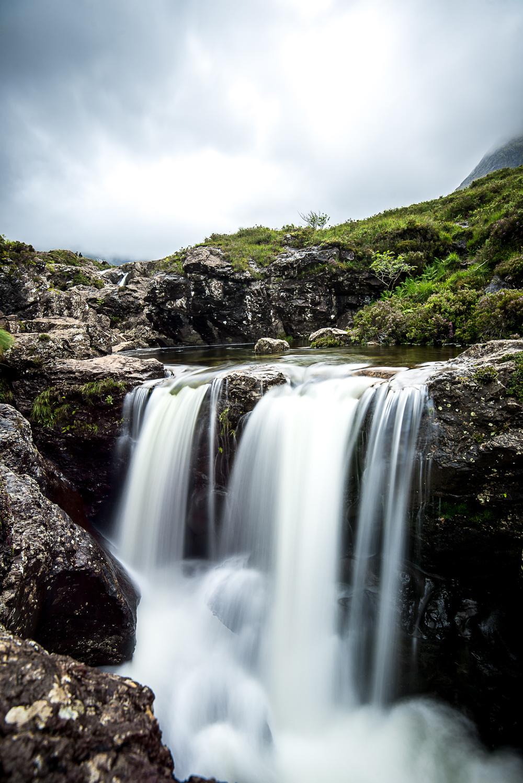 Das Bild hat David in Schottland aufgenommen. Er musste extra über die Felsen klettern um an diese Stelle zu kommen. Die Aufnahmehöhe entspricht ungefähr einer Höhe von 30cm. Der Wasserfall sieht daher deutlich größer aus, als er eigentlich ist :)