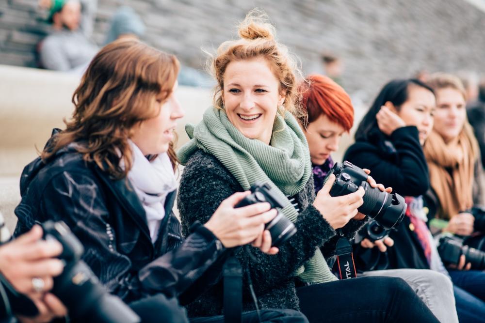 Teilnehmer des Fotokurses freuen sich über ihre Fortschritte