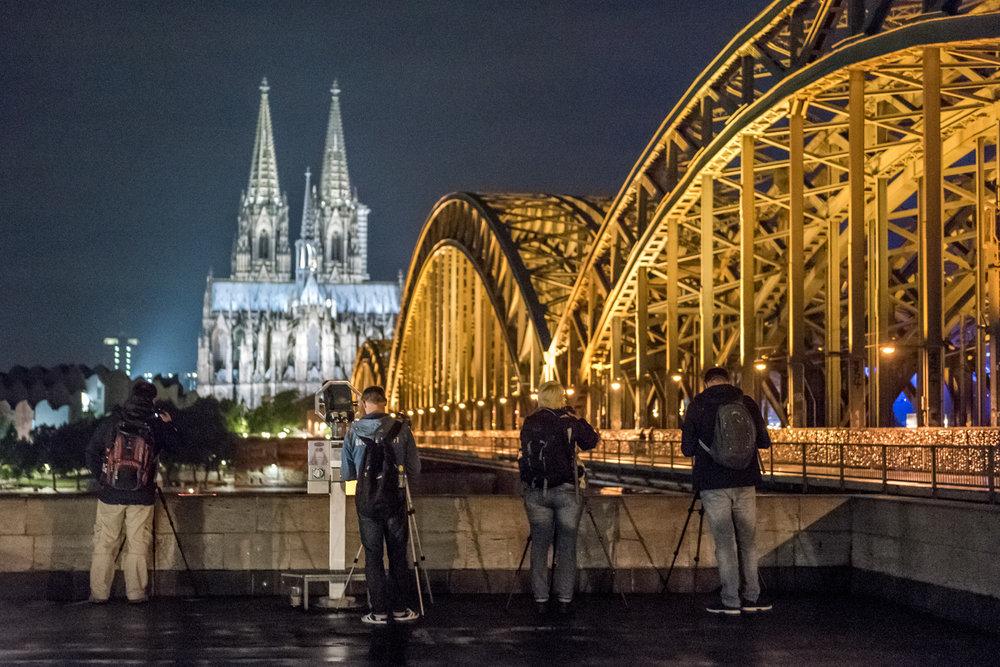 2017-07-28 Nachtkurseindrücke Teilnehmer fotografieren den klassischen Kölner Dom