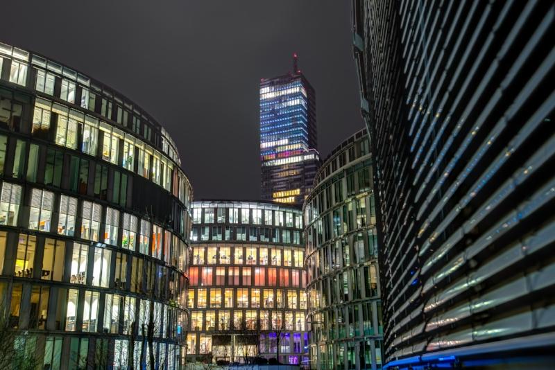 Mediaparkgebäude in der Nacht