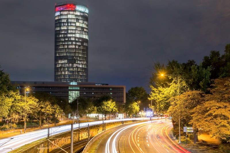 Deutzer LVR Tower mit Lichtspuren in der Nacht