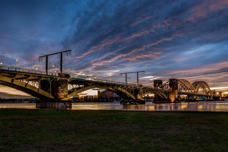 Eisenbahnbrücke in Köln nach Sonnenuntergang