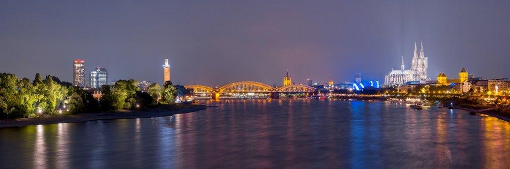 Kölner Dom Hohenzollernbrücke und Deutz Panorama bei Nacht