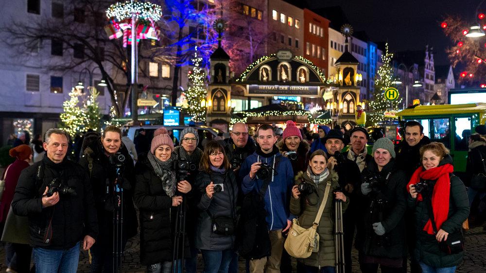 Gruppenbild vor dem Heinzel Weihnachtsmarkt am Alter Markt 2017