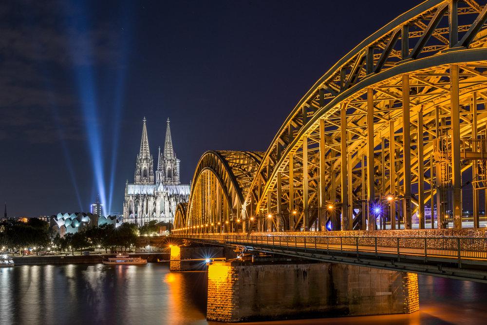 Dom mit Scheinwerfer mit Hohenzollernbrücke