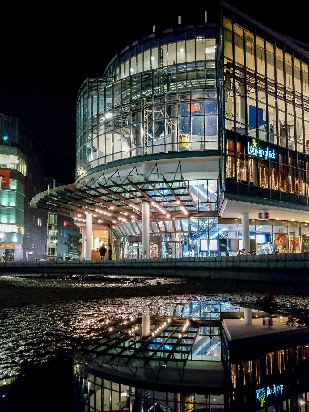 Mediapark bei Nacht mit Reflektion HTC U11