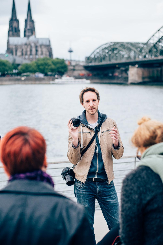 Fotokurs von David am Rheinboulevard mit Dom im Hintergrund in Köln