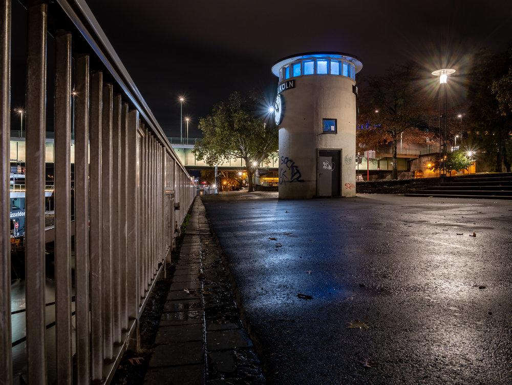 Rheinufer mit Pegel in der Nacht 2018