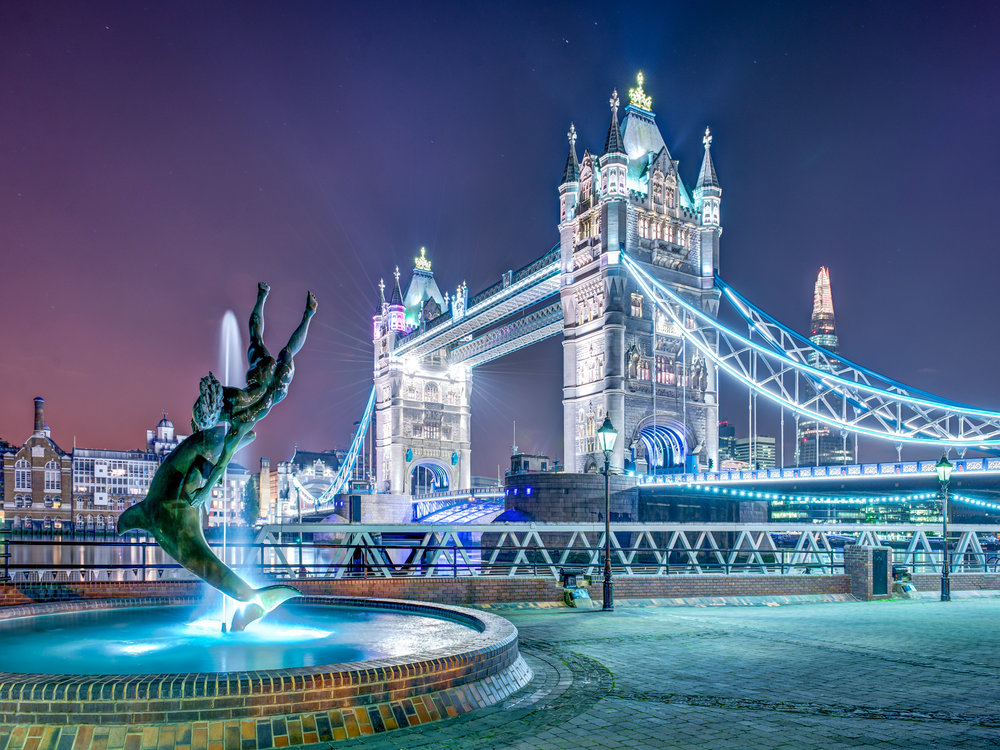 Tower Bridge mit Brunnen in der Nacht