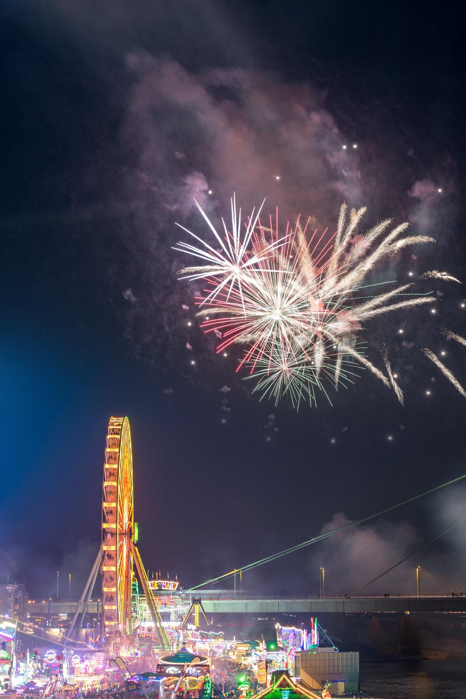 Kirmes mit Feuerwerk.jpg