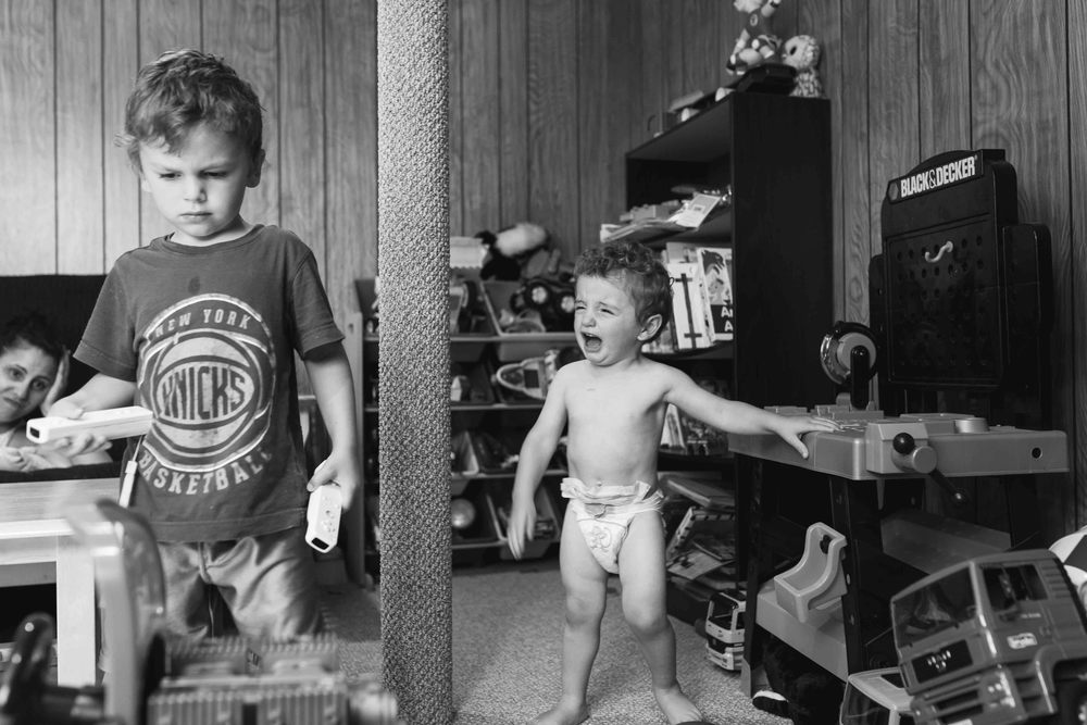 photo of brothers fighting, bergen county photographer, kao photography