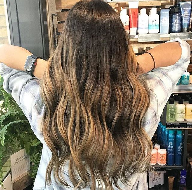 Color melts with a soon to be cloudy ⛅️ sky. Book with @aarikamariehair at our mtp location. . . #colormelt#balayage#burnettebalayage#charlestonhair#mountpleasantsalon#mountpleasanthair#charlestonbalayage#charlestonartist