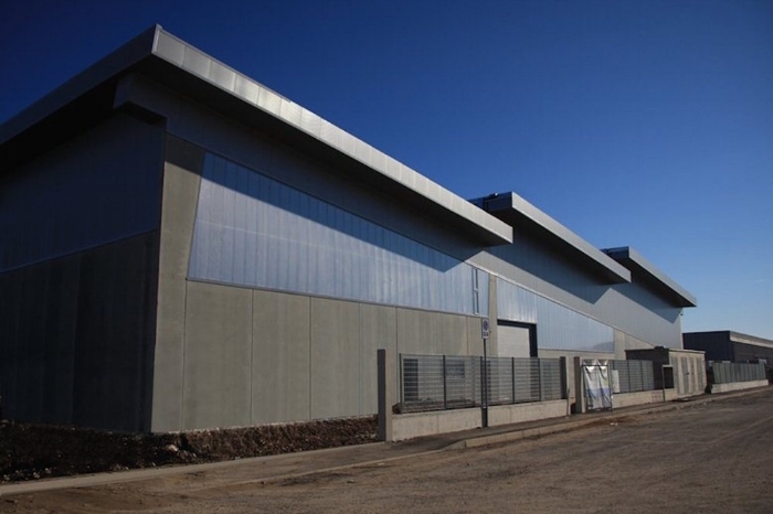 Guarda il progetto di un edificio industriale progettato per massimizzare l'irraggiamento del sole, vincitore del premio Green Building Solutions Awards 2016.