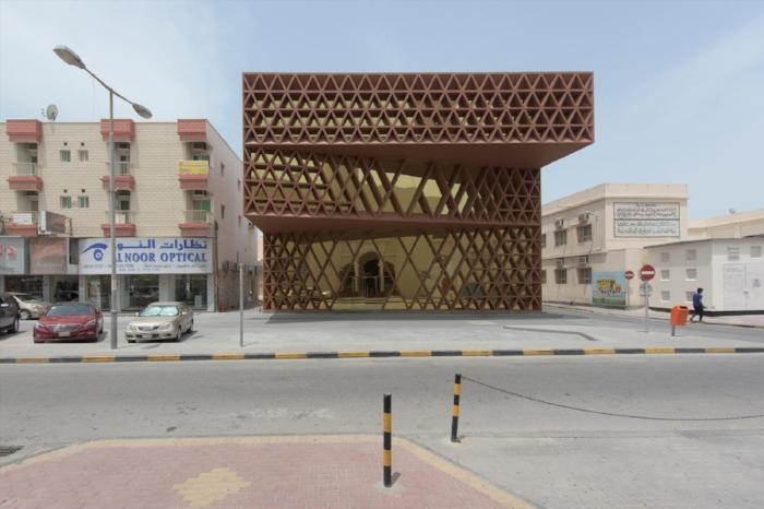 Edificio in clima semi arido con la forma progettata per ombreggiare le facciate.(https://www.search.nl/#!content/khalifeyah-library-opening)