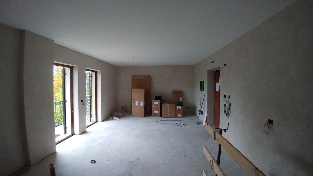 La luce si riflette sulle pareti intonacate di calce