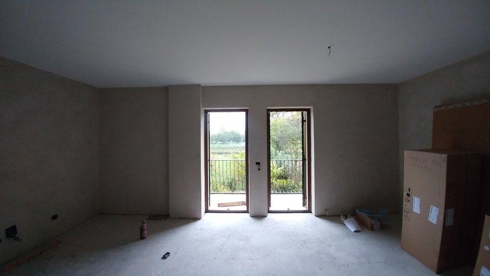 La parete isolata all'interno con fibra di legno naturale
