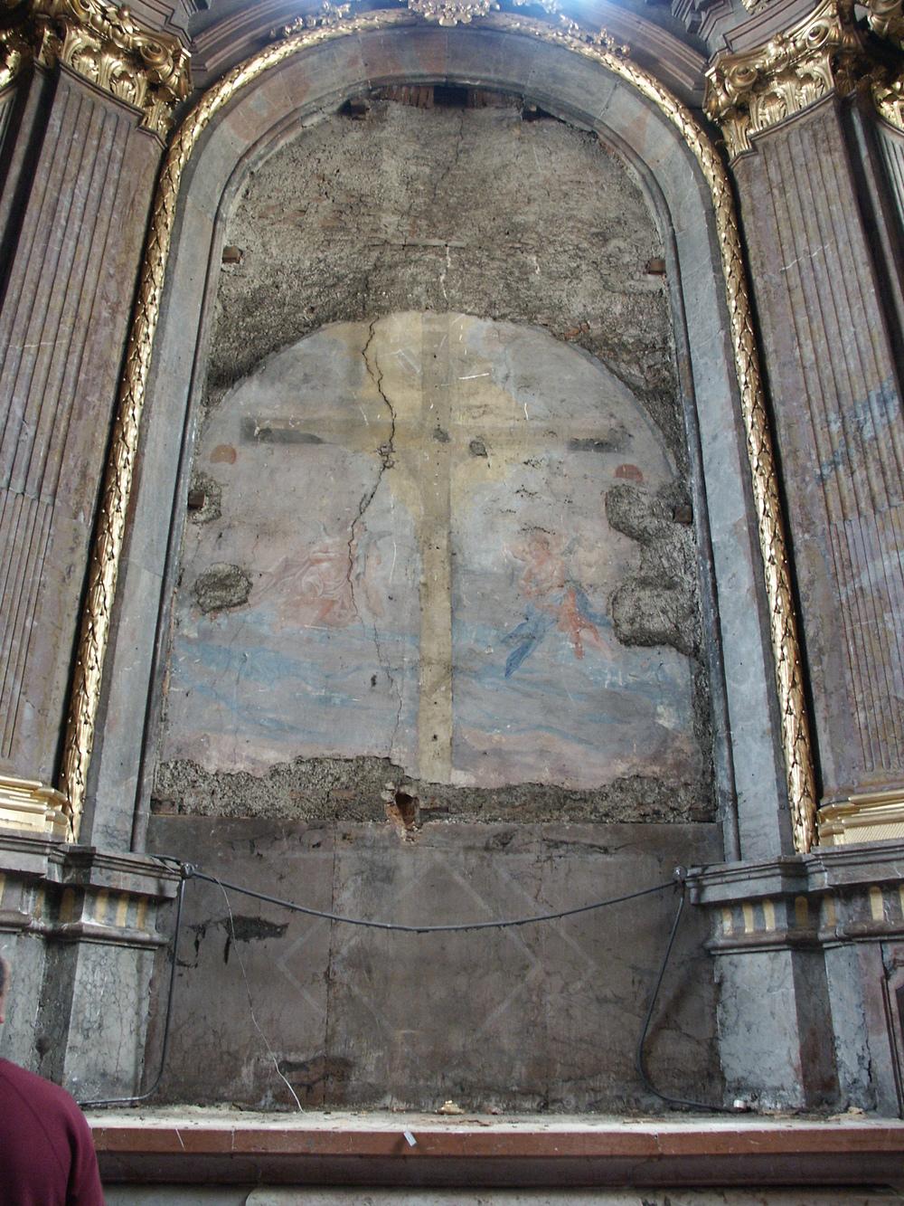 M.J.Schmidt Kreuzigung Christi Altarnische nach Demontage des Bildes.JPG