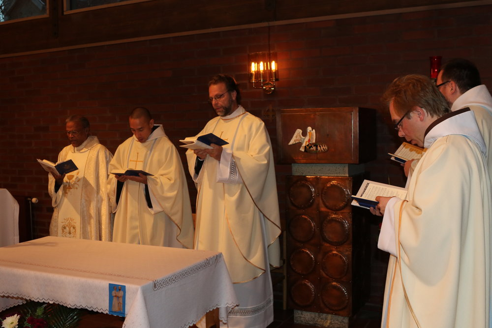 Den Heliga Mässan - Fem präster koncelebrerade; p. Raphael, p. Natan, p. Witold, p. Emmanuel och f. Peder.
