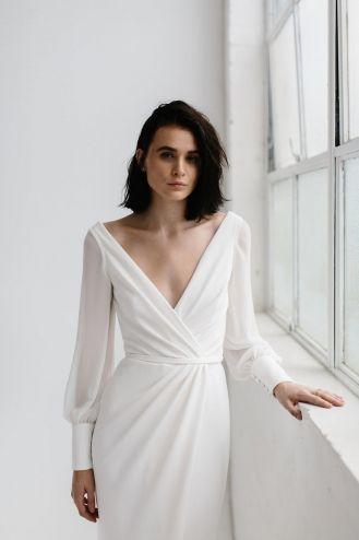 Karen Willis Holmes wedding dress featured on LOVE FIND CO.