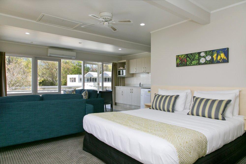 deluxe one bedroom living area kitchenette 2-min.jpg