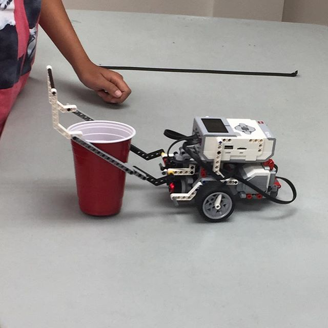 A helping hand! #lego #mindstorms #summercamp #yyc #orangeleaders #leadsmall