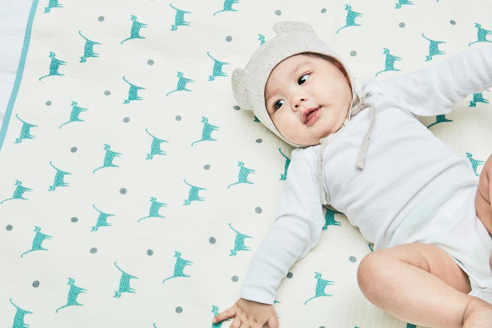 BABY WATERPROOF PAD / 유아용 방수요   아이의 소변등 이물질을 침구류에 유입되는것을 막아주고 부드러운 겉면을 통해 매트로 사용가능하며 침구사이즈에 맞게 접어서도 사용 가능합니다.  A Multi-Use Soft And Waterproof Mat That Will Protect The Bed From The Accidental Leakings From Your Young Kids.