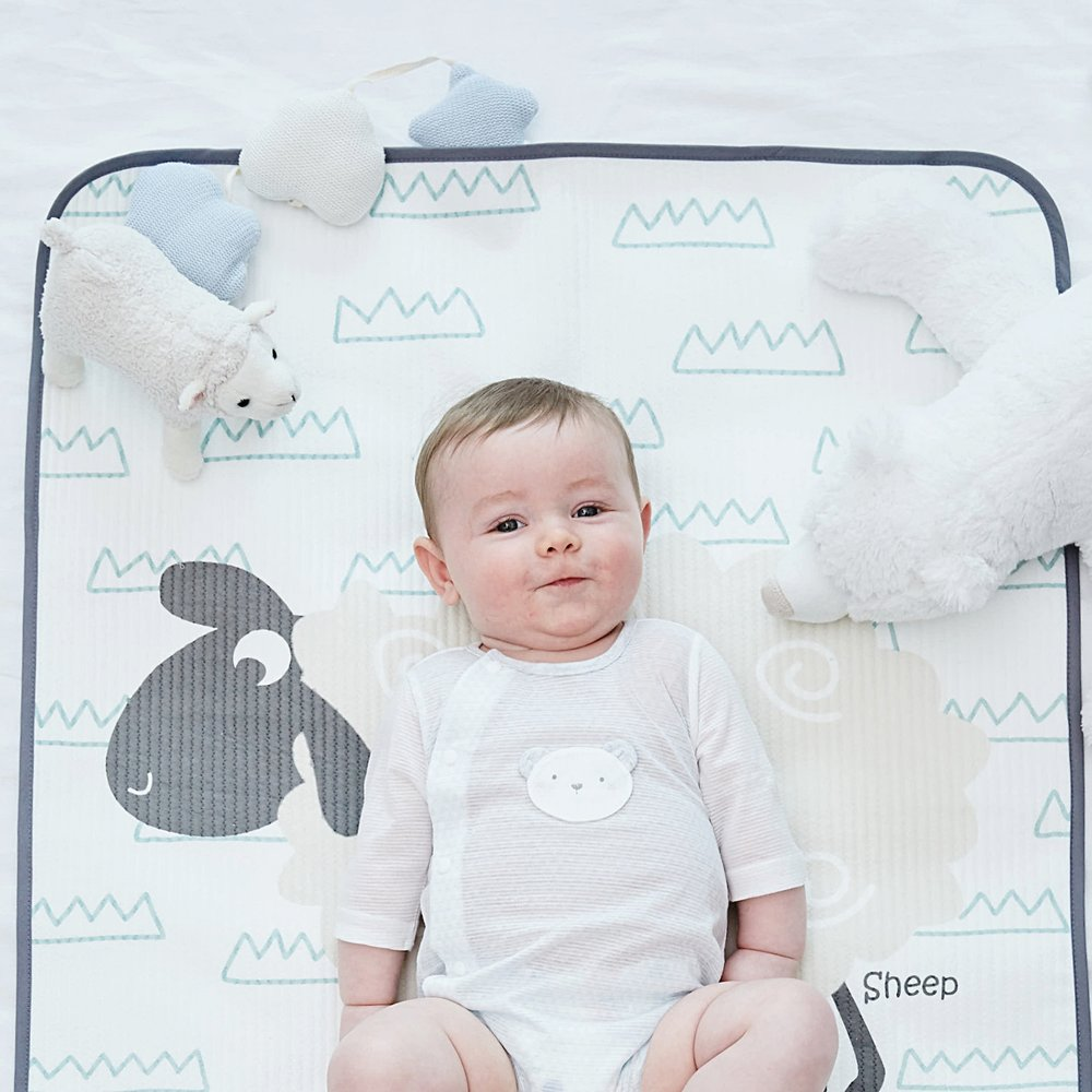 BABY WATERPROOF PAD   /유아용 방수요(휴대용사이즈)   아이의 소변등 이물질을 침구류에 유입되는것을 막아주고 부드러운 겉면을 통해 매트로 사용가능하며 침구사이즈에 맞게 접어서도 사용 가능합니다.  A multi-use soft and waterproof mat that will protect the bed from the accidental leakings from your young kids.