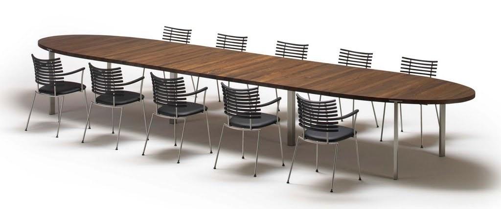 Drømmebordet! Vi kommer til å gå for lys, såpet eik og selvsagt helt andre stoler. Men tenk så barnevennlig a - ingen kanter!