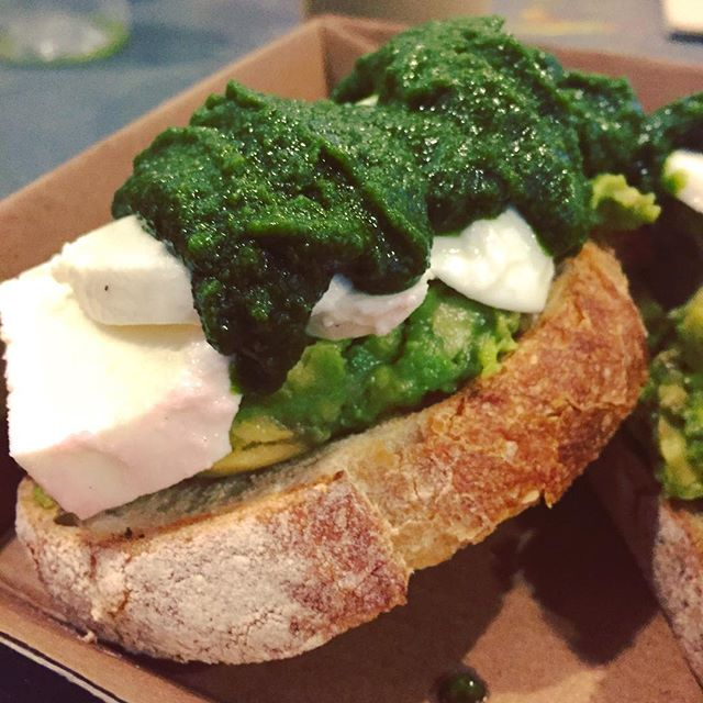 Ble nyforelska i pesto + mozzarella igjen på Hummingbird Deli 🌱 -------------------------------- Fell back in love with pesto and mozzarella this summer #matvrakbloggen