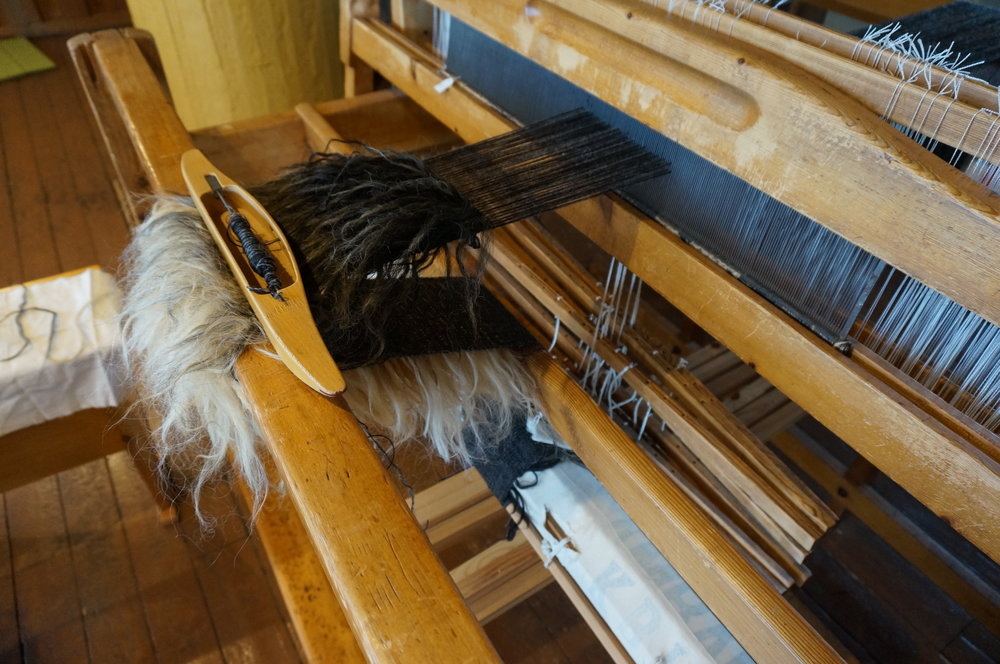 Fellow artist in residency Aya Tsukui learning to weave a ' roagvalfeldur '.