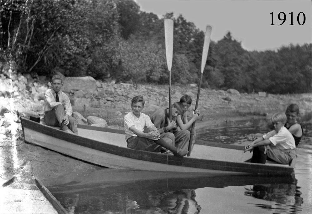 Boys in Boat 1910.jpg