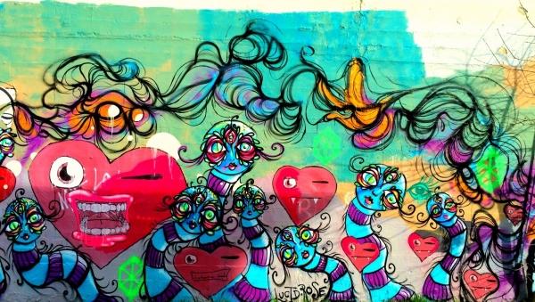 色々なストリートで見かけるカラフルな壁画アート