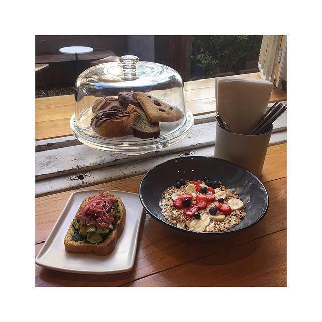 """Foto cortesía de @ari__room: """"Tostado avocado🍞🥑• Granola yogurt🥛"""" #hungry #ricoysano #lajuarez #foodie #desayuno"""
