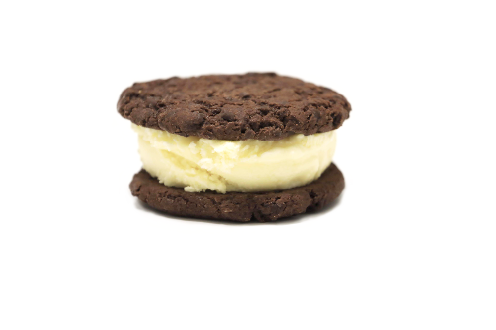 DOUBLE DUTCH (Gluten free) : Lightly salted vanilla ice cream between two gluten-free double chocolate cookies