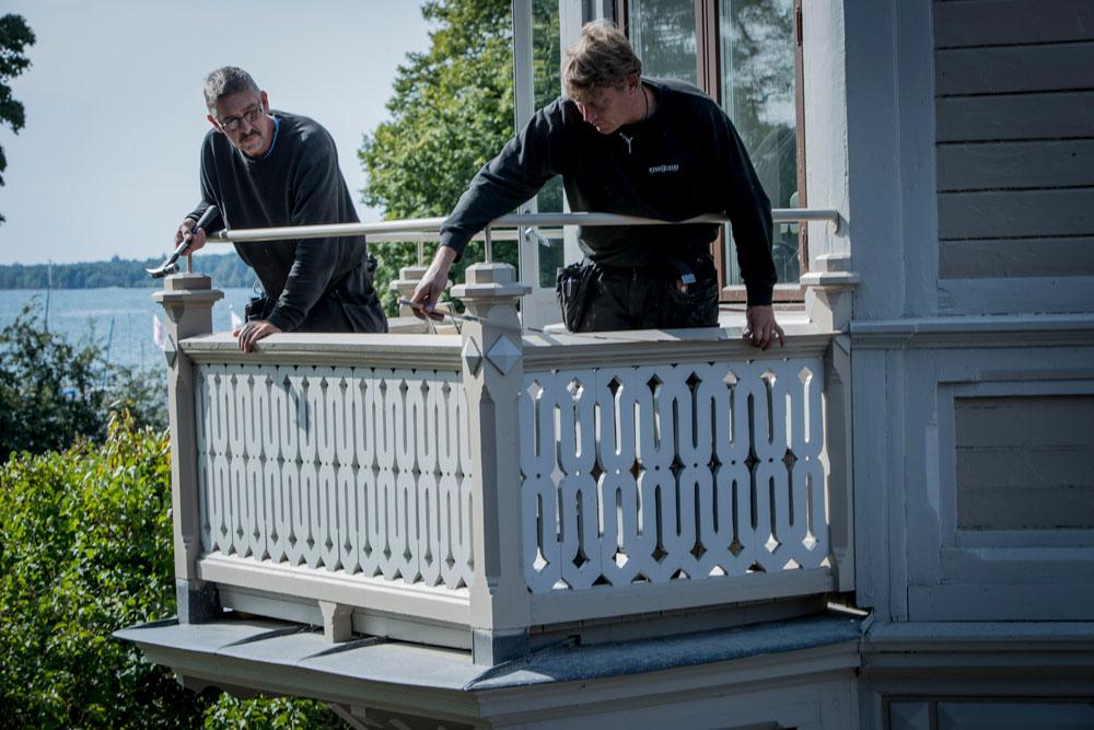 På parkvillorna i Hjo Stadspark finns många detaljer bevarade och det som förvanskats genom åren försöker vi återställa om det finns möjlighet. Här ses arbetet med en nyrenoverad balkong på villa Flora.