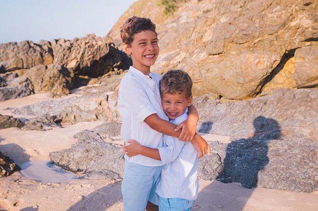 { b r o t h e r l y ~ l o v e } #familyportraits #wategos #beach #byronbay #fineart #destination #weddingphotographer #familyphotographer #portraitphotographer #fineartweddingphotography #laceandgrain @laceandgrain