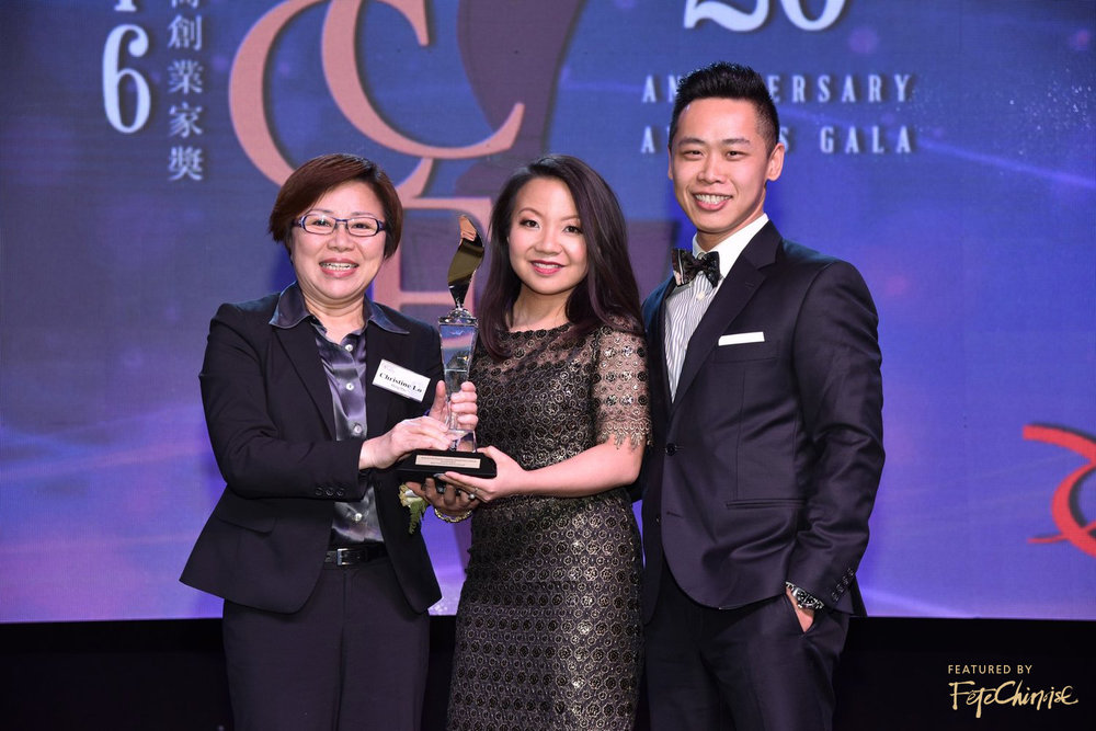 Christine Lo of Ming Pao Daily News presents the Best Community Service Award to Deborah Lau-Yu and Raymond Yu of Palettera