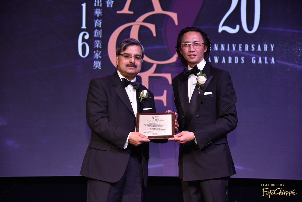 ACCE President Irwin Li presents plaque to President & CEO of Canada Post Deepak Chopra